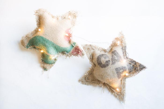 Estrellas de luz con sacos de café