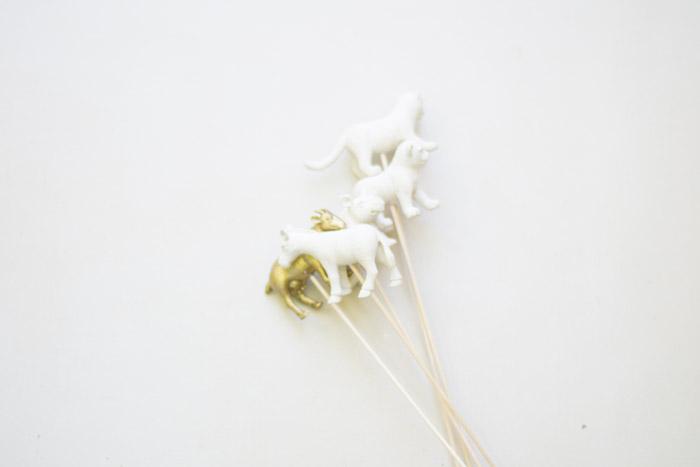 Palitos con animalitos de plástico diy